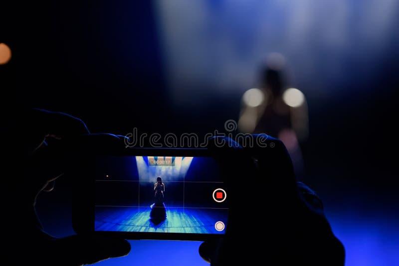 有智能手机纪录的手实况音乐音乐会阶段生活音乐会豪华党节日和照相  免版税图库摄影