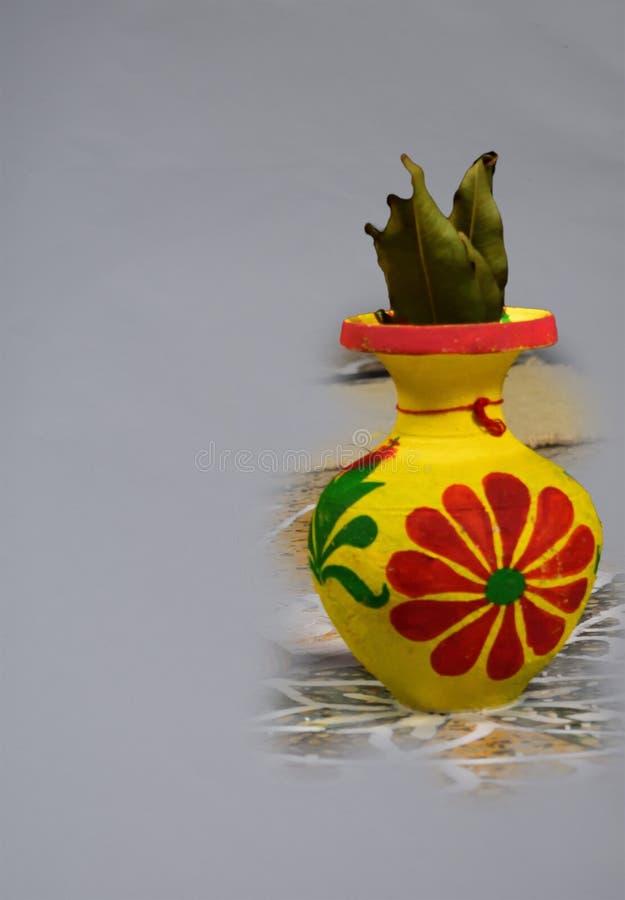 有神圣的芒果叶子的一个美妙地装饰的泥罐 库存照片