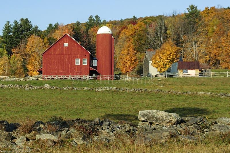 有筒仓的一个美丽如画的红色谷仓在佛蒙特,美国 免版税库存图片