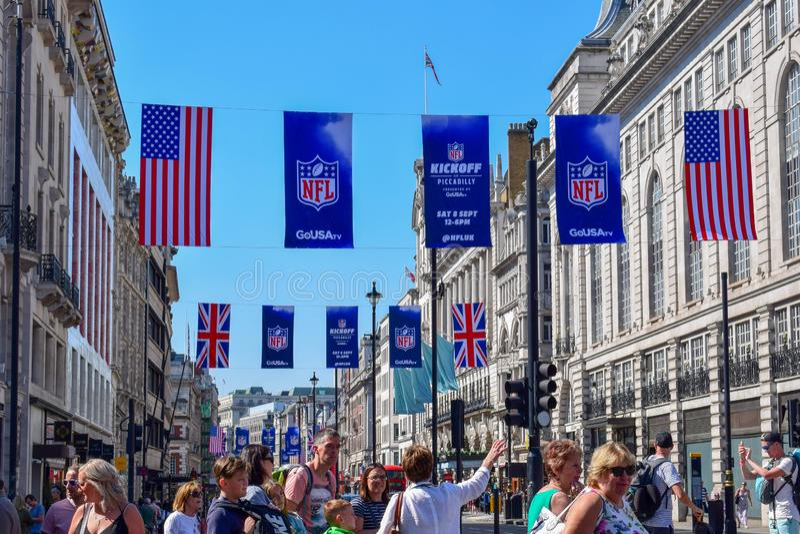有美式足球横幅和旗子的繁忙的伦敦街 库存照片