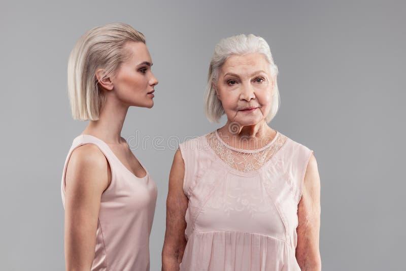 有看直接地入照相机的突然移动发型的老灰发的妇女 图库摄影