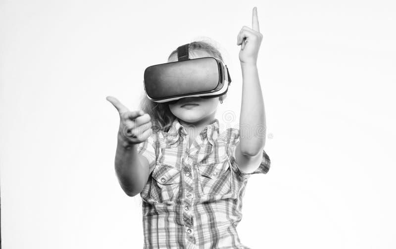 有的女孩逗人喜爱的孩子在白色背景头配显示器 得到真正经验 虚拟现实概念 孩子 免版税库存照片
