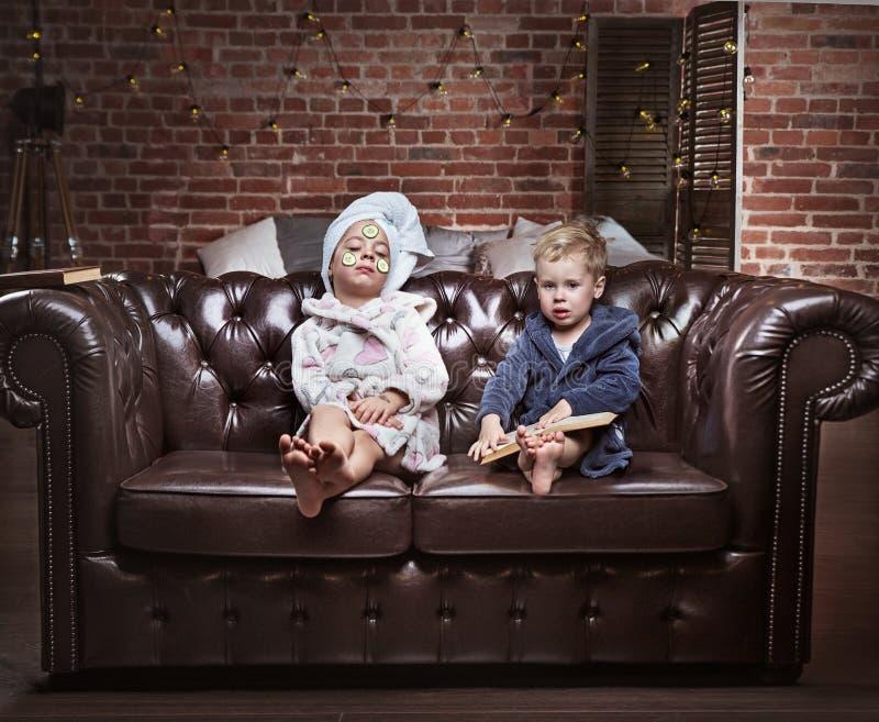 有的孩子概念性画象温泉治疗 库存照片