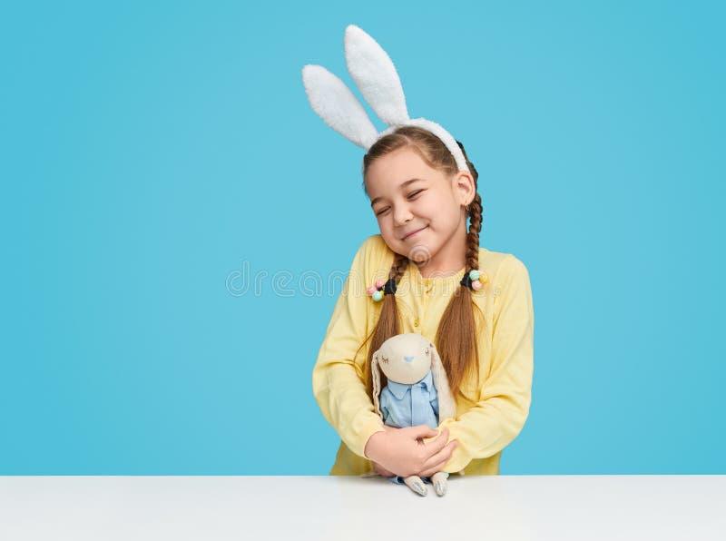 有玩具兔宝宝的逗人喜爱的女孩 库存照片