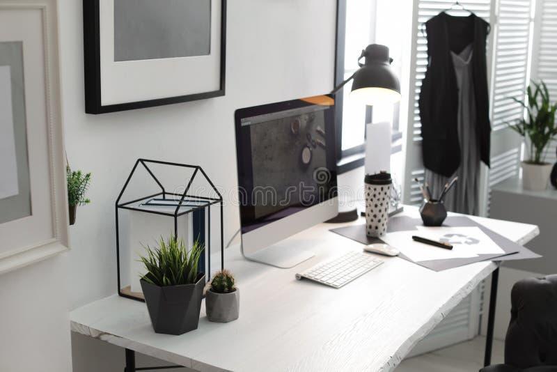 有现代计算机的时髦的工作场所 向量例证