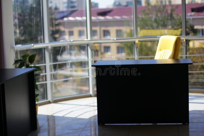 有玻璃墙和美丽的景色的营业所 免版税库存图片