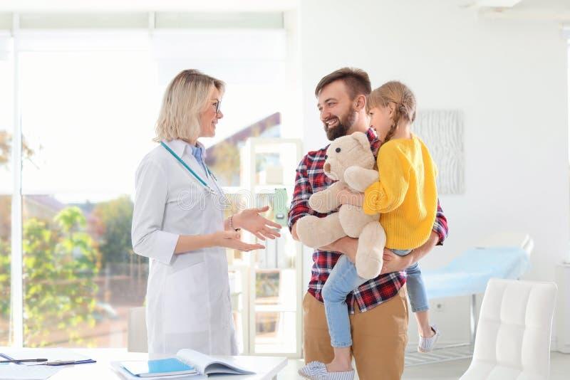 有父亲参观的儿童的医生的女孩 免版税图库摄影