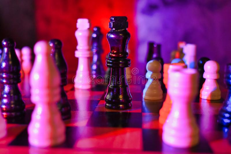 有焦点的红色蓝色升棋盘在黑人国王Piece Static Shot 库存照片