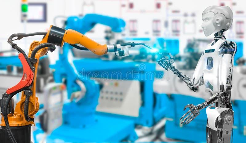 有焊接机器人的有人的特点的机器人在工业聪明的工厂,未来技术概念 免版税库存图片