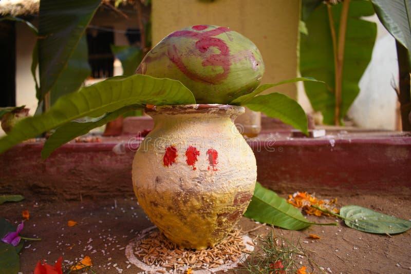 有用于婚礼和绿色椰子的一艘神圣的船通常的芒果叶子或在印度崇拜 免版税库存图片