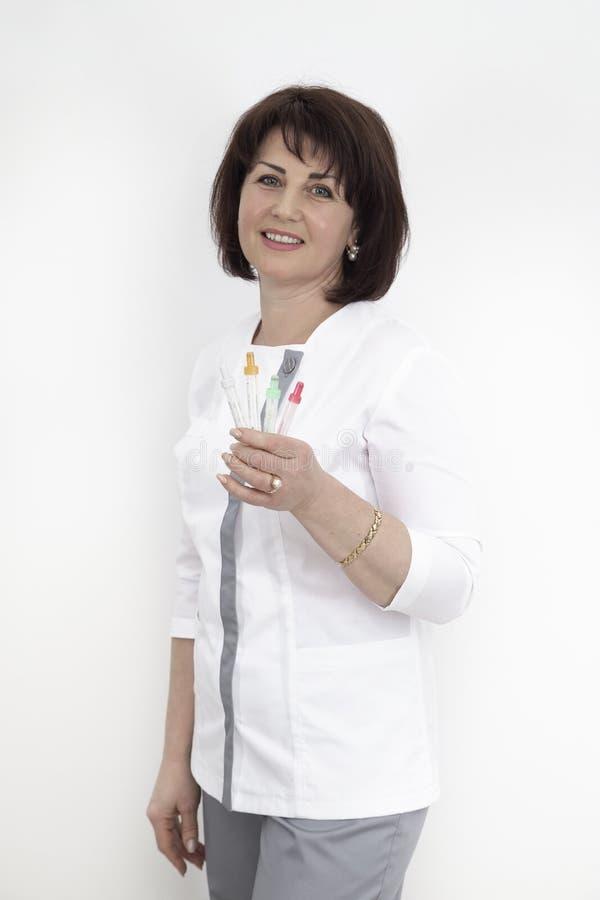 有血液烧杯的女性医生 免版税库存图片