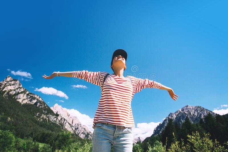 有被举的胳膊的妇女在白云岩的自然,波尔扎诺自治省,意大利,欧洲 免版税库存照片