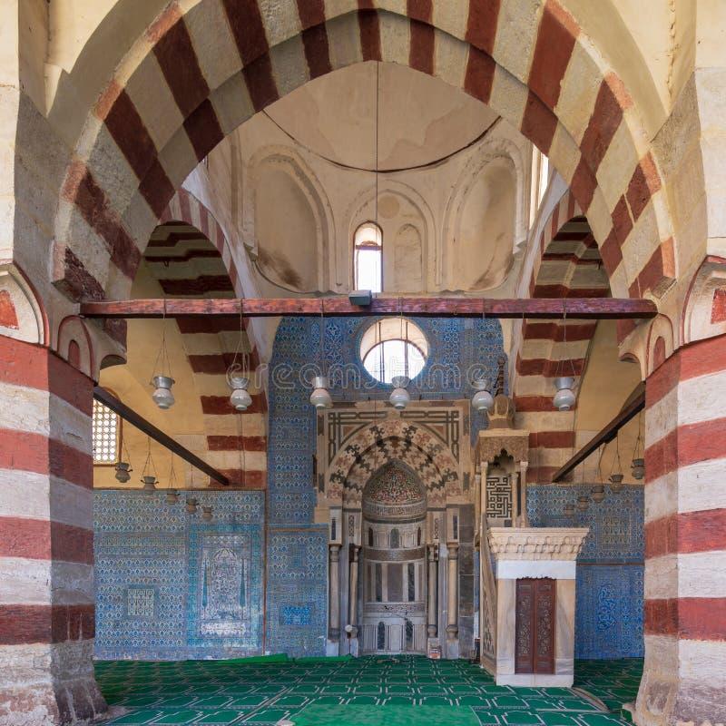 有被刻记的米哈拉布适当位置和装饰的大理石Minbar平台的,蓝色清真寺,开罗,埃及蓝色伊兹尼克瓷砖墙壁 免版税库存图片