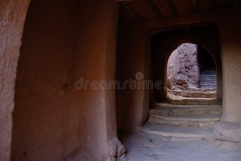 有被成拱形的段落的狭窄的台阶在Ait本Haddou,瓦尔扎扎特,摩洛哥 免版税图库摄影