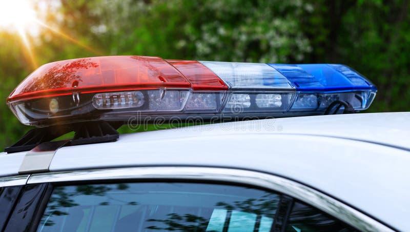 有警报器光的真正的巡逻警车在使命活动 在交通监控活动激活的美好的警报器光 库存图片