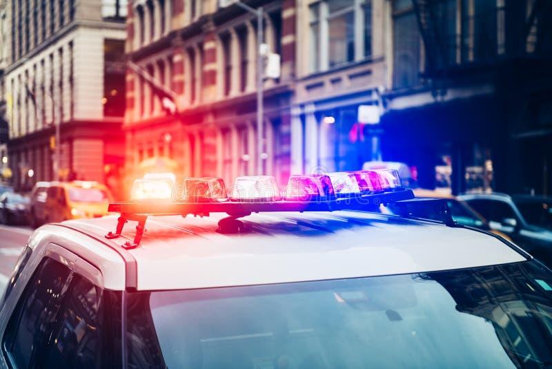 有警报和尽管信号灯闪光的警车在屋顶仓促紧急呼叫在纽约 库存图片