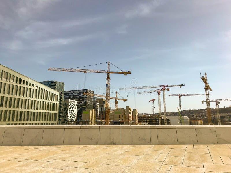 有起重机和容器的建筑工地在Bjorvika在奥斯陆 库存图片