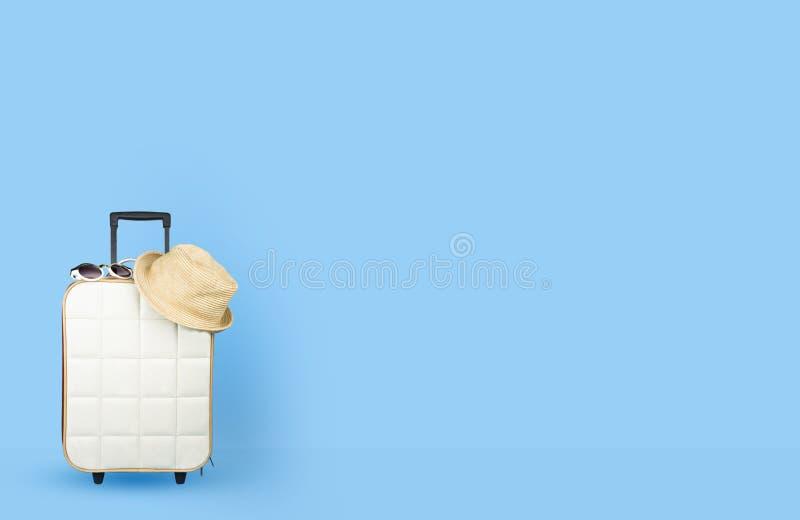 有辅助部件的旅行包在颜色背景 免版税库存图片