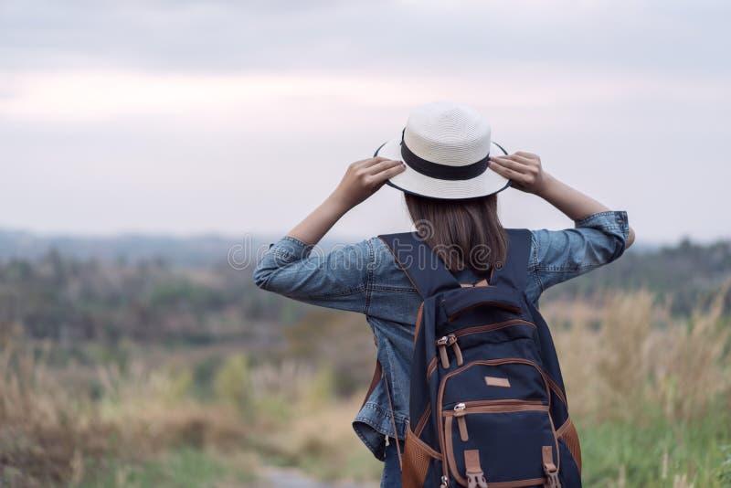 有背包的女性游人在乡下 图库摄影