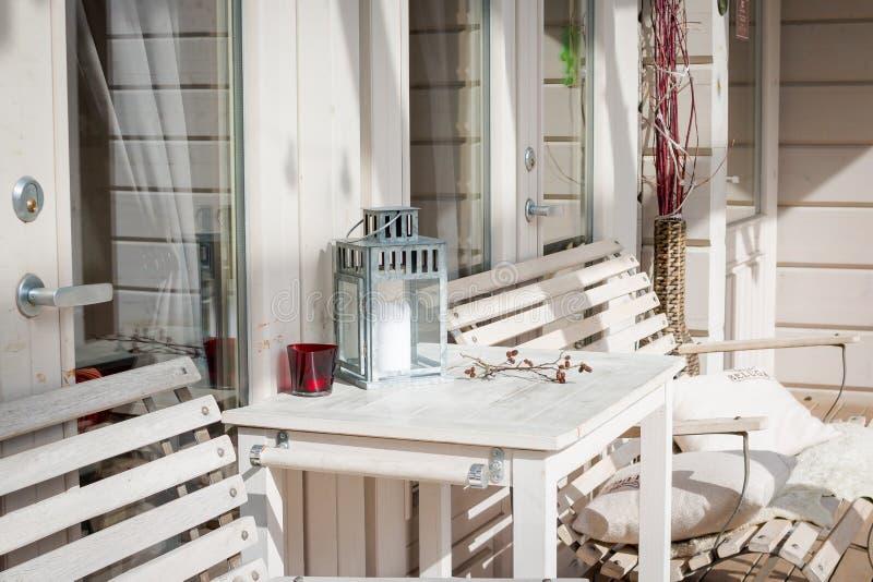 有舒适的法院的大阳台休息室在豪华房子里 在露台的庭院家具 建筑学现代设计 库存照片