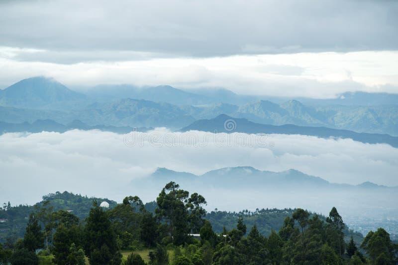 有薄雾的早晨包括万隆都市风景 免版税库存照片