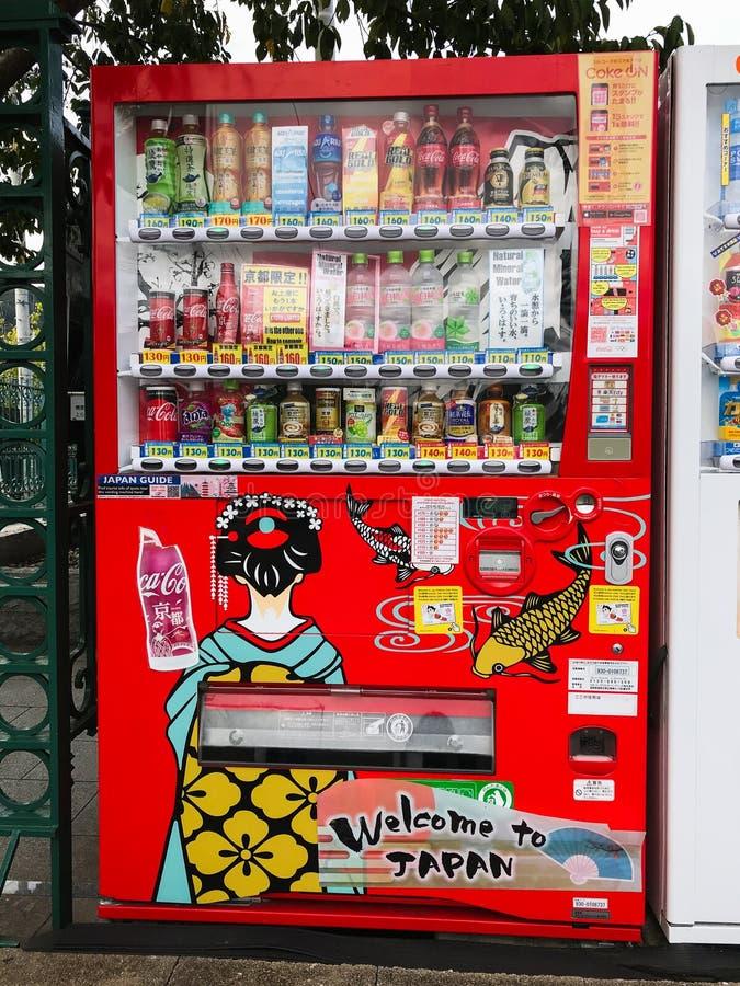 有饮料的便宜的日本贩卖机在东京,京都,大阪 免版税库存图片