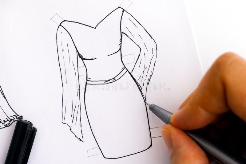有黑笔图画礼服的妇女手 库存图片