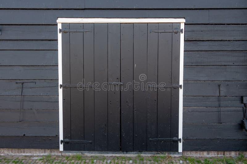 有闭合的木门的抽象老仓库 免版税库存图片