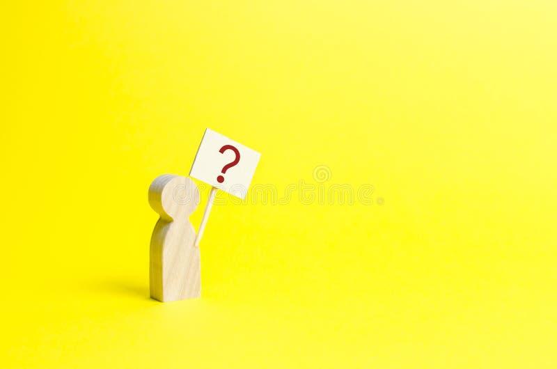 有问号的木人的小雕象 简单派 问问题,搜寻真相和要求真相 求知欲 免版税库存图片
