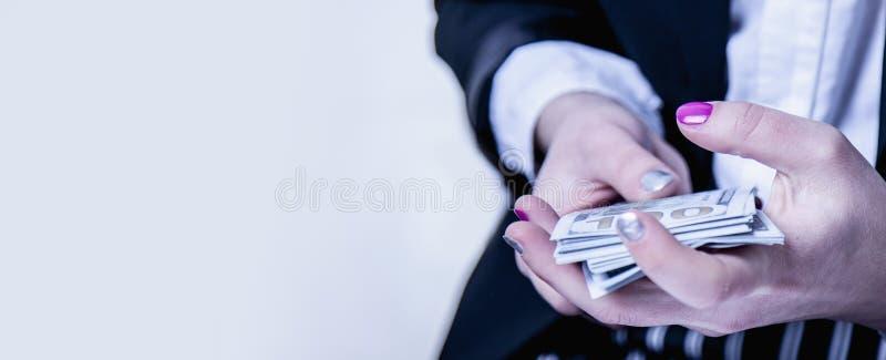 有金钱在手中财富的,丰盈,Â成功的女商人 幸福 免版税库存照片