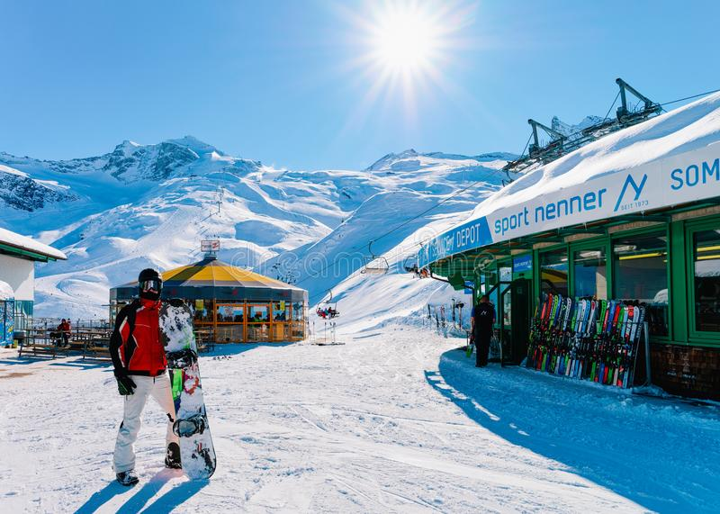 有雪板的人在Hintertux冰川滑雪场齐勒河谷 免版税库存照片