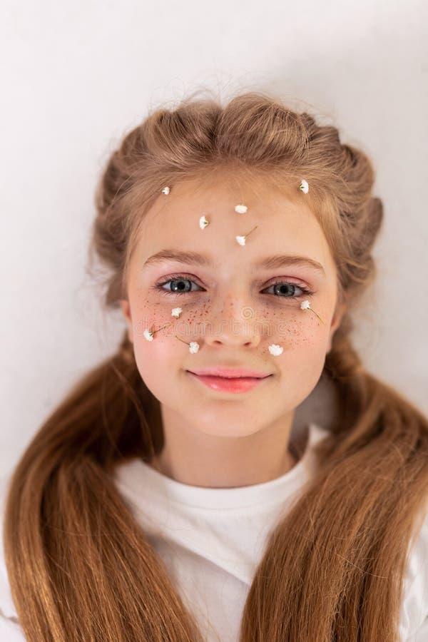 有雀斑的宜人的美丽的少女在她的面颊 免版税库存照片