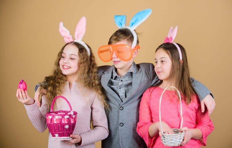 朋友获得乐趣一起在复活节天 为鸡蛋准备寻找 有小的篮子准备好狩猎的孩子复活节的 库存图片