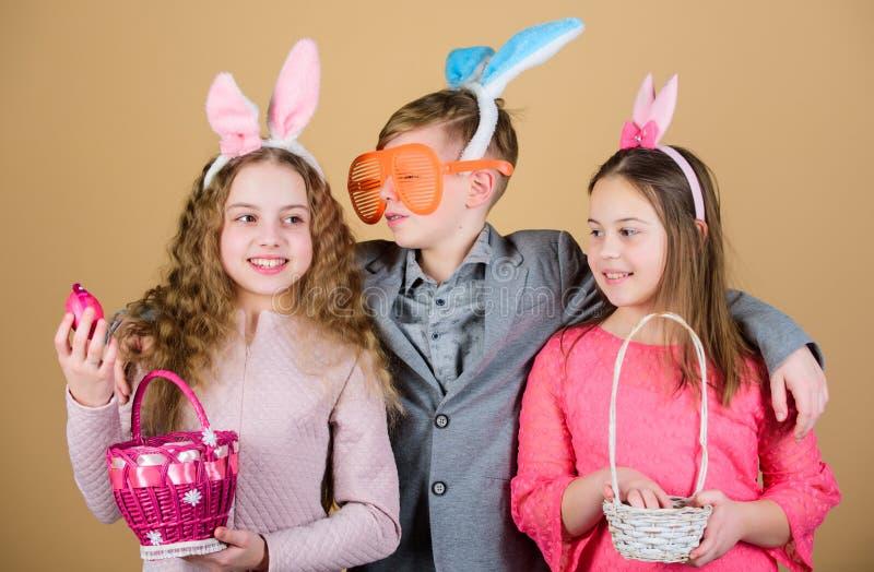 朋友获得乐趣一起在复活节天 有小的篮子准备好狩猎的孩子复活节彩蛋的 为鸡蛋准备 免版税库存图片