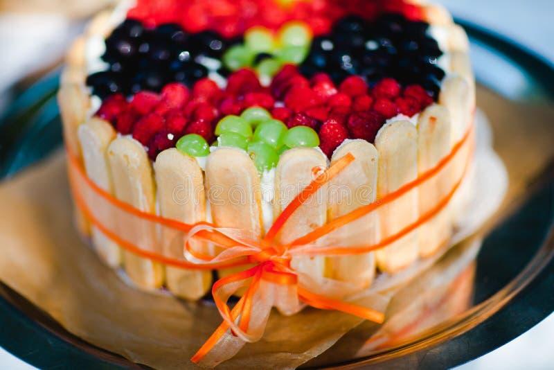 最佳的家做了生日蛋糕-新鲜的莓果,甜面包干 免版税图库摄影