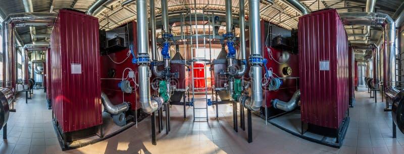 最新的代用燃料锅炉室的广角全景照片有管子的,塔和坦克,在一个清楚的夏日 图库摄影