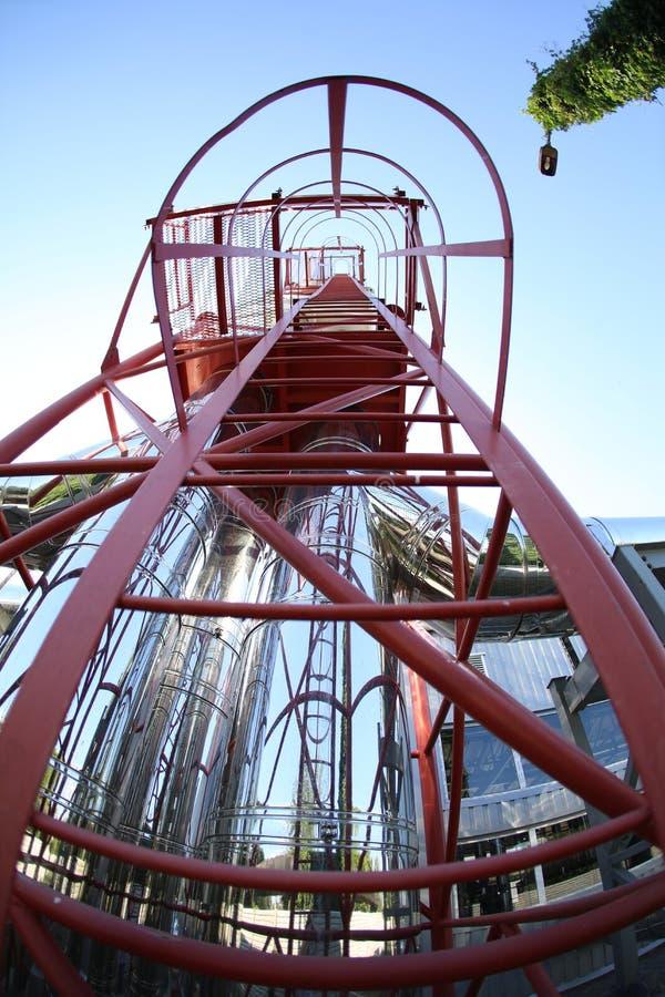 最新的代用燃料锅炉室的广角全景照片有管子的,塔和坦克,在一个清楚的夏日 免版税库存照片