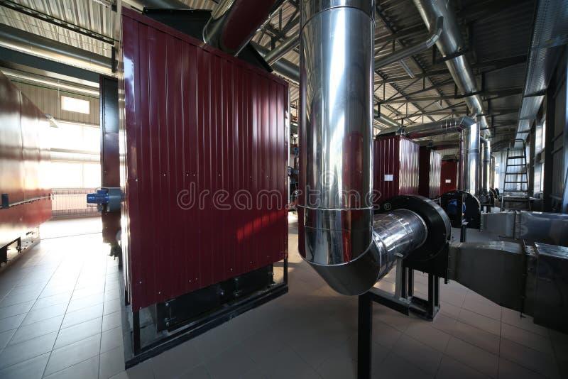 最新的代用燃料锅炉室的广角全景照片有管子的,塔和坦克,在一个清楚的夏日 免版税库存图片