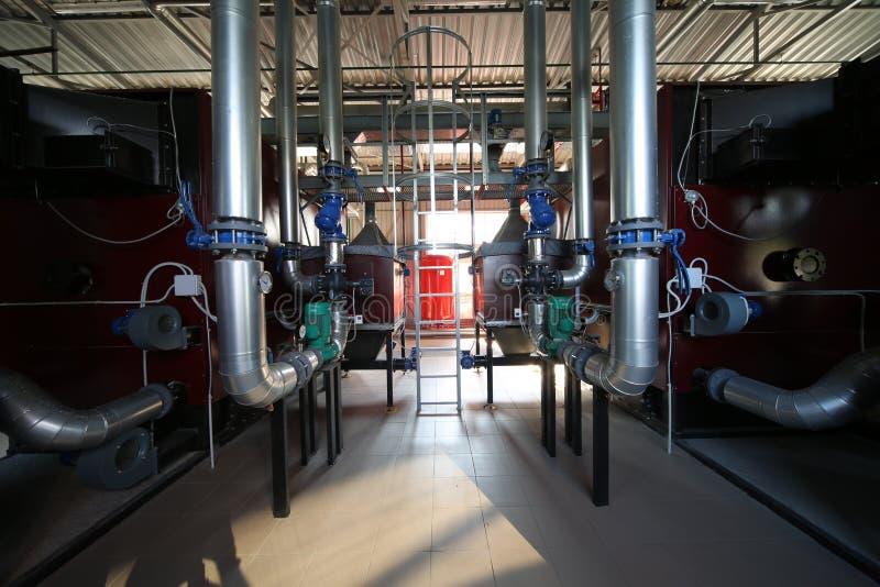 最新的代用燃料锅炉室的广角全景照片有管子的,塔和坦克,在一个清楚的夏日 库存图片