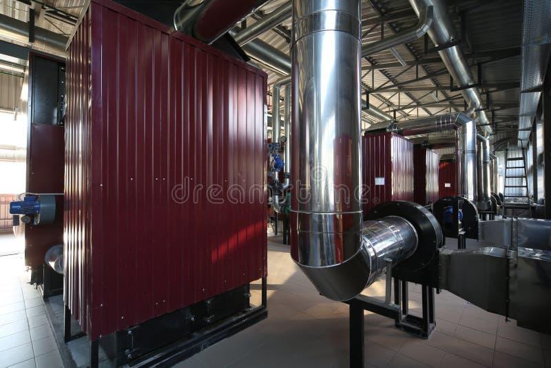 最新的代用燃料锅炉室的广角全景照片有管子的,塔和坦克,在一个清楚的夏日 免版税图库摄影
