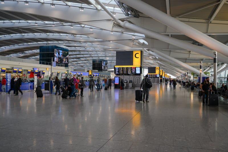 报到和离开大厅在机场伦敦海斯罗 免版税库存图片