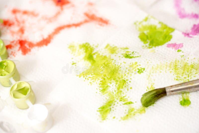 抽象背景手画水彩 油漆绿色污点在一块白色餐巾的 图库摄影