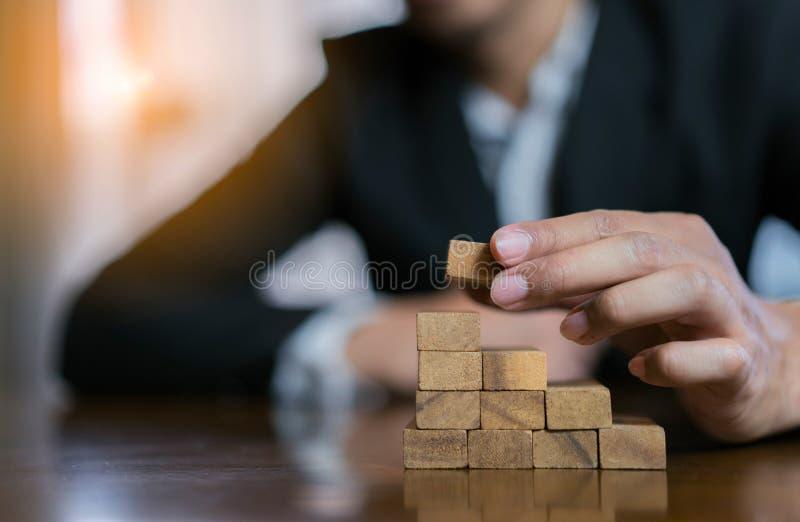 投入木块风险或成功项目的商人飞行和战略 库存图片