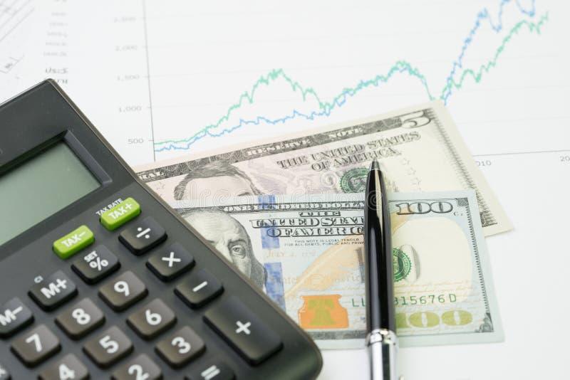 投资、股票或者产权、查寻出产量概念,计算器和笔在表现,市场售价数字图表和图 免版税图库摄影