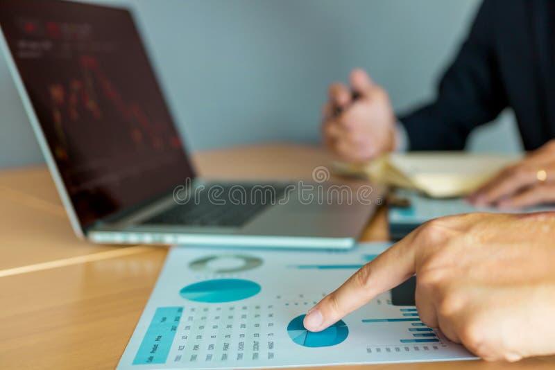 投资者手点的关闭对对股票购买的分析的公司操作结果 免版税库存照片
