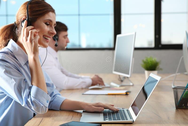 技术支持队与耳机的 免版税库存图片