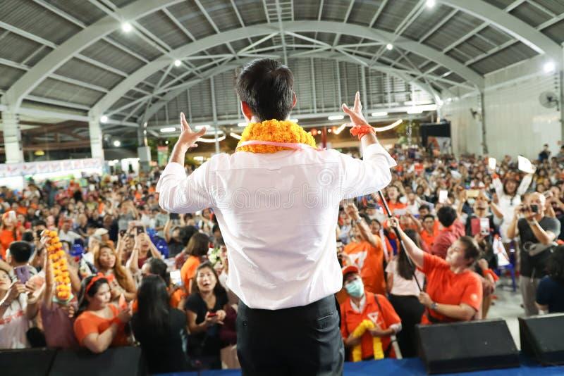 暖武里,泰国- 3月10,2019:先生 Thanathorn juangroongruangkit,未来向前党FWP领导人在期间讲话为 库存图片