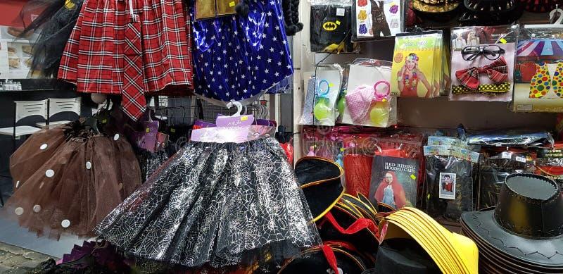暴露待售孩子的塑料材料在商店在犹太purim化妆舞会前 免版税库存图片