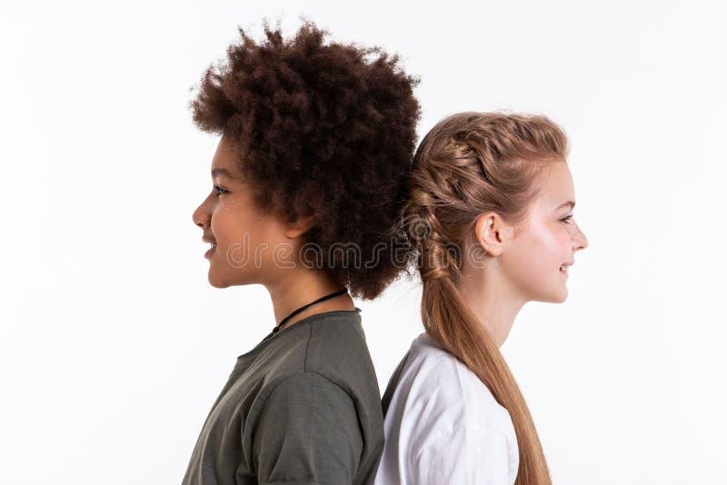 极端停留接近彼此的放光的年轻异常的朋友 免版税库存图片