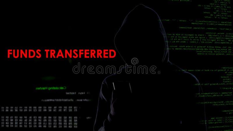 接受资金的黑客转移了在屏幕上的消息,银行安全攻击 库存图片